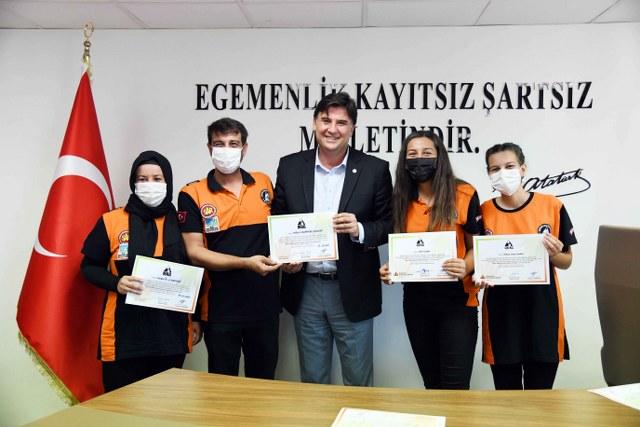 Afet gönüllülerine sertifikalarını Karaca verdi (4)_640x427